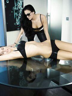 Лесбиянка лижет пизду подружке на стеклянном столе