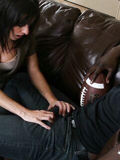 Татуированный нигер трахает на диване белую девку в разных позах | порно фото бесплатно на sexy-kiska.info