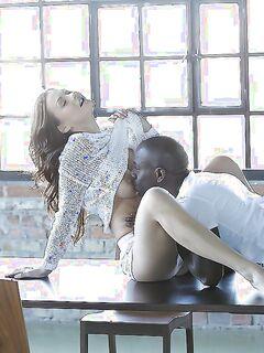Нигер в заброшенном здании трахает в жопу красивую брюнетку | порно фото бесплатно на sexy-kiska.info