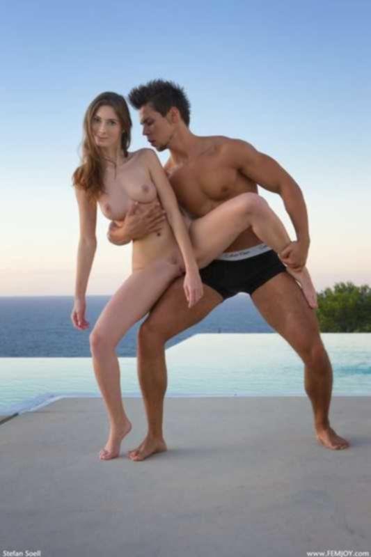 Фигуристка репетирует танец с партнером обнаженной