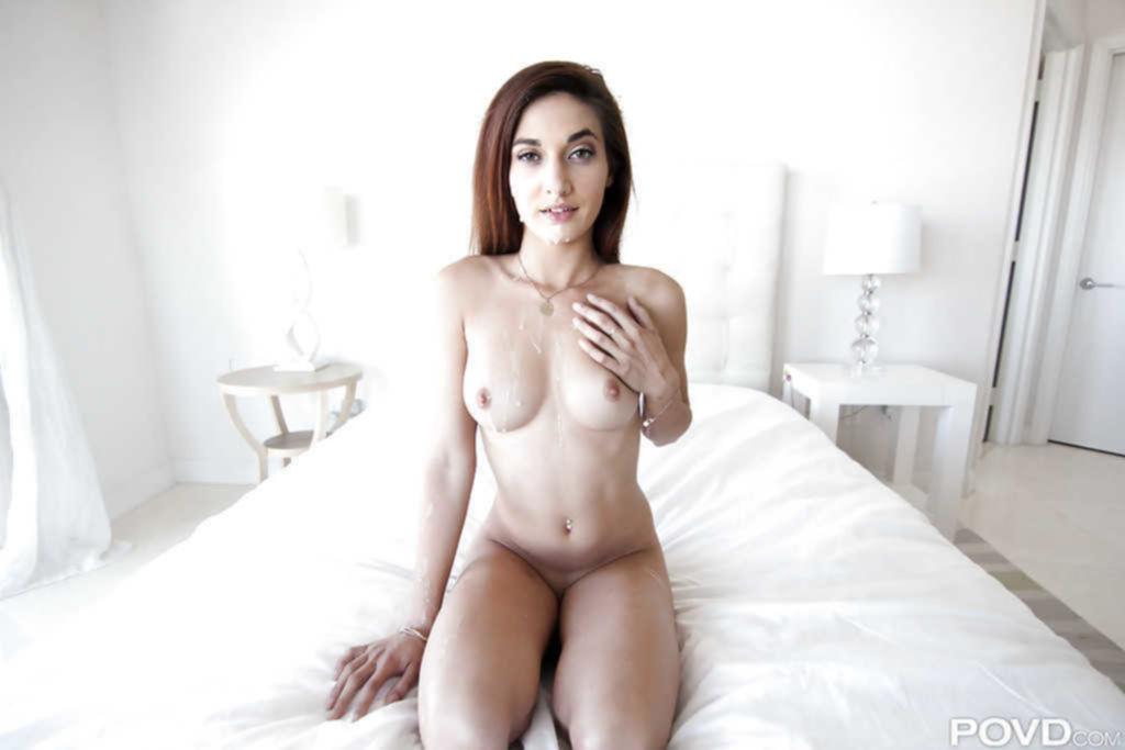 Парень заснял секс с худышкой на кровати от первого лица