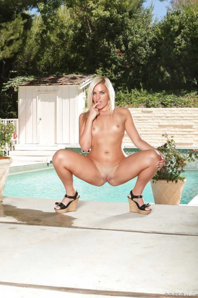 Блондинка Victoria Lawson у бассейна позирует голышом для бойфренда