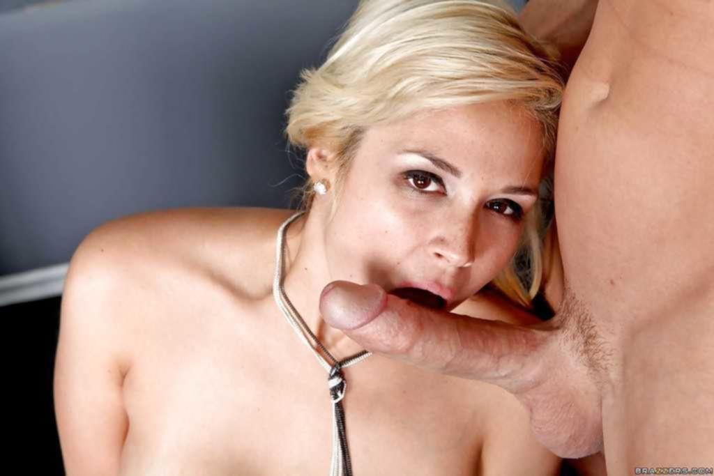 Секретарша Sarah Vandella сосёт боссу и пропускает его член между сисек