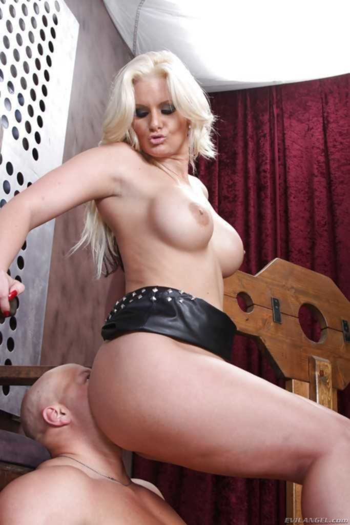 Госпожа Phoenix Marie садится попкой на лицо своего раба