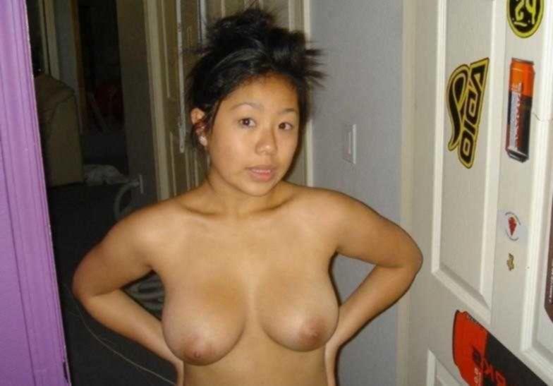 Раздетая проститутка на диванчике