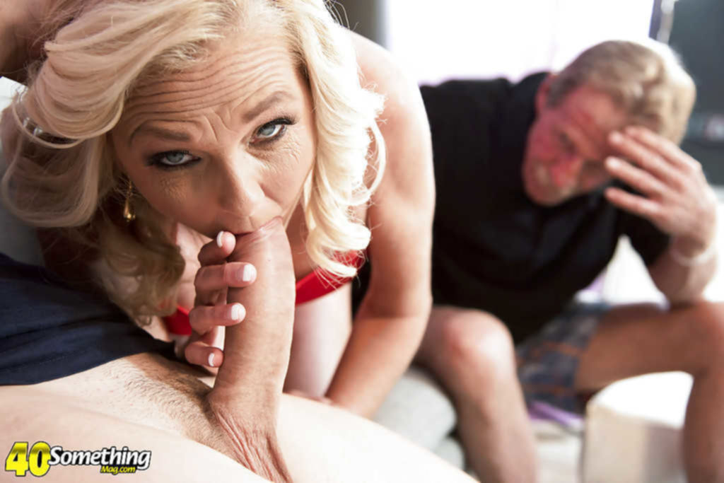 Молодой парень трахает старуху на глазах у ее мужа
