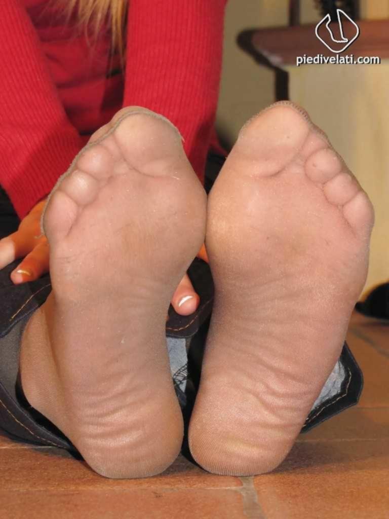 Симпатичная блондинка показывает свои красивые ступни
