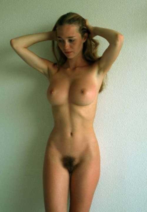 Спортивные леди с плоскими животами делают селфи