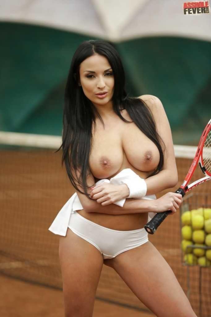 Пышногрудая фифа разделась на теннисном корте