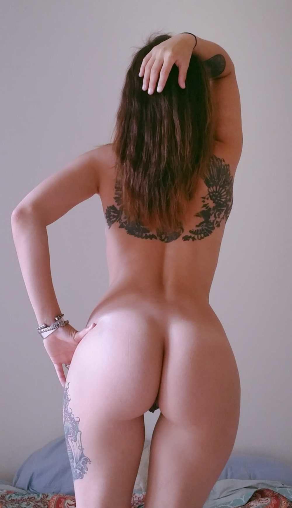 Татуированная красавица показывает киску и ласкает себя