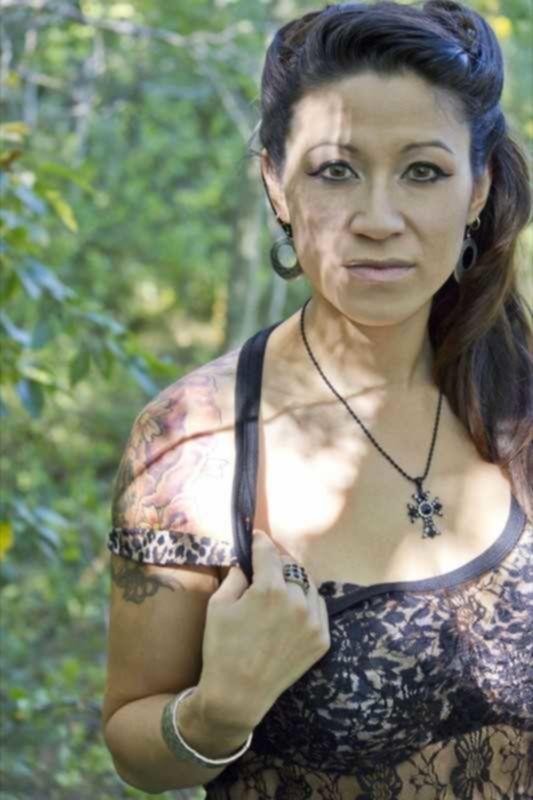 Неформалка обнажилась во время прогулки по лесу