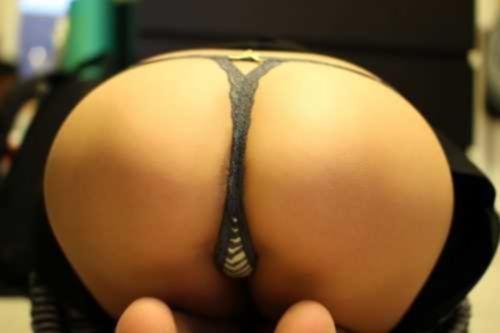 Сексуальные жопы девушек в стрингах перед камерой