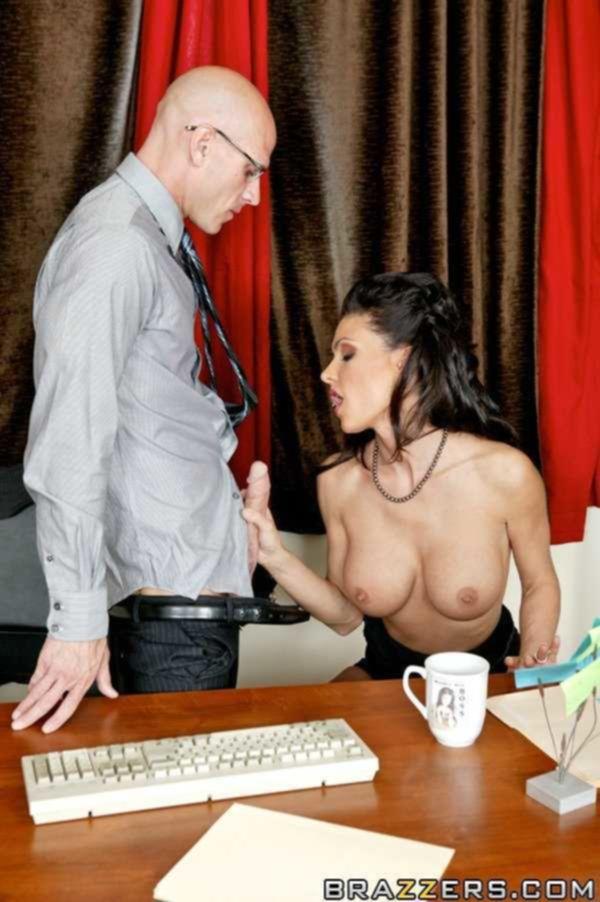 Секретарша искусила начальника большим бюстом