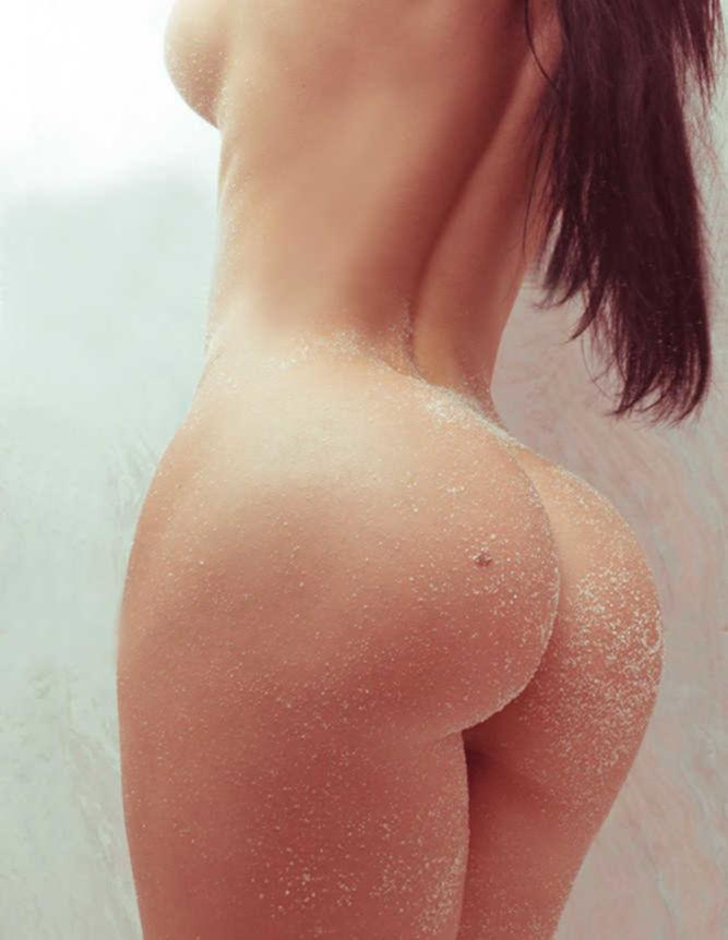 Красотки в разных позах демонстрируют голые жопы
