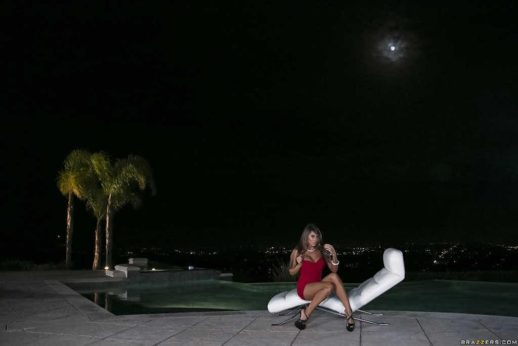 Нимфа разделась ночью у бассейна и показала силиконовые сиськи