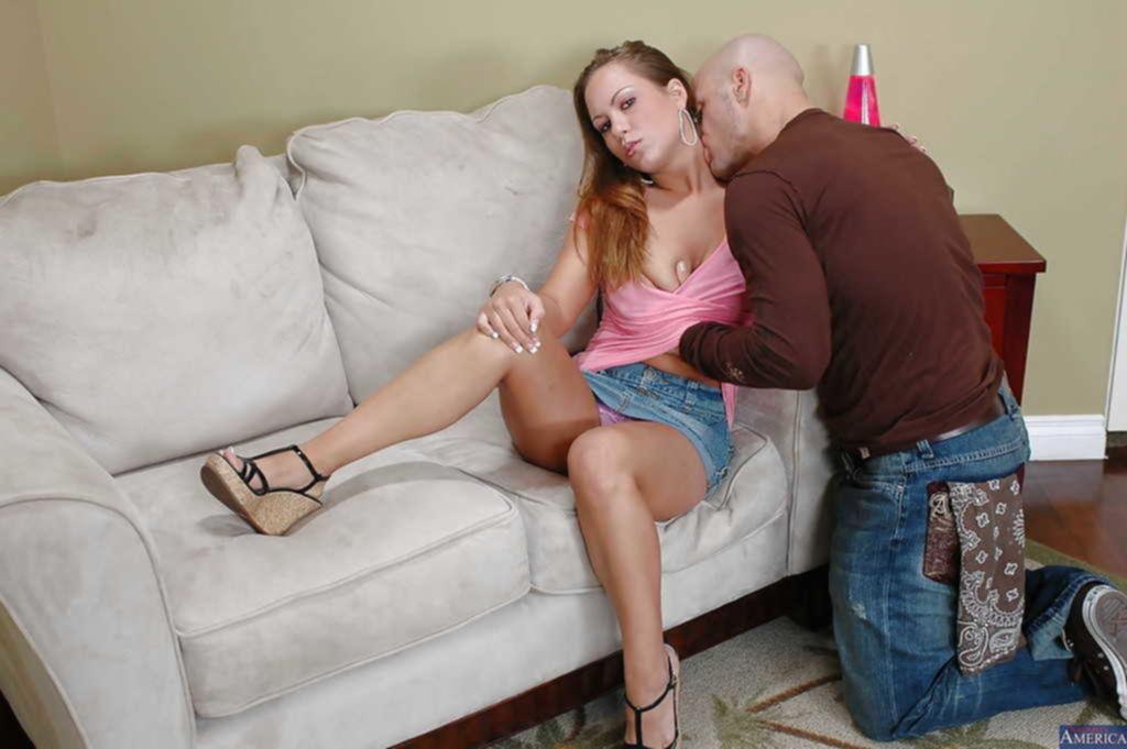 Лысый чувак в татуировках шпилит любовницу на диване