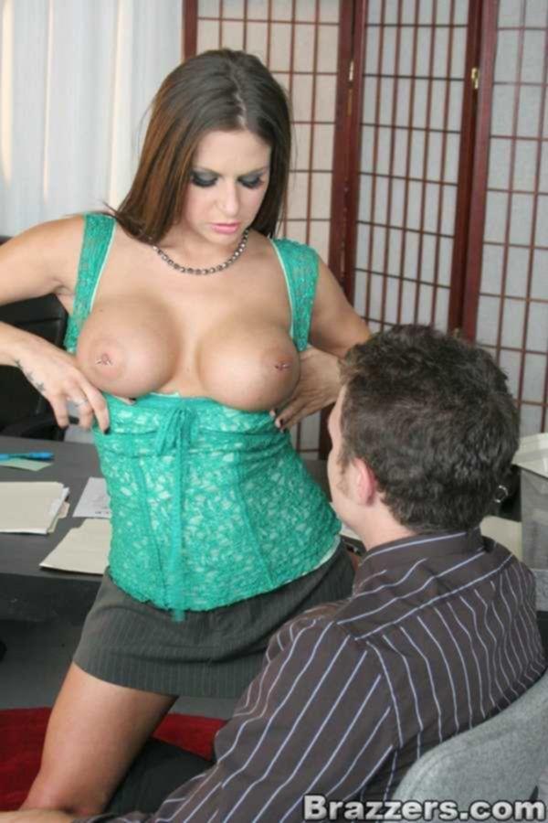 Секретарша с пирсингом в сосках трахается с боссом