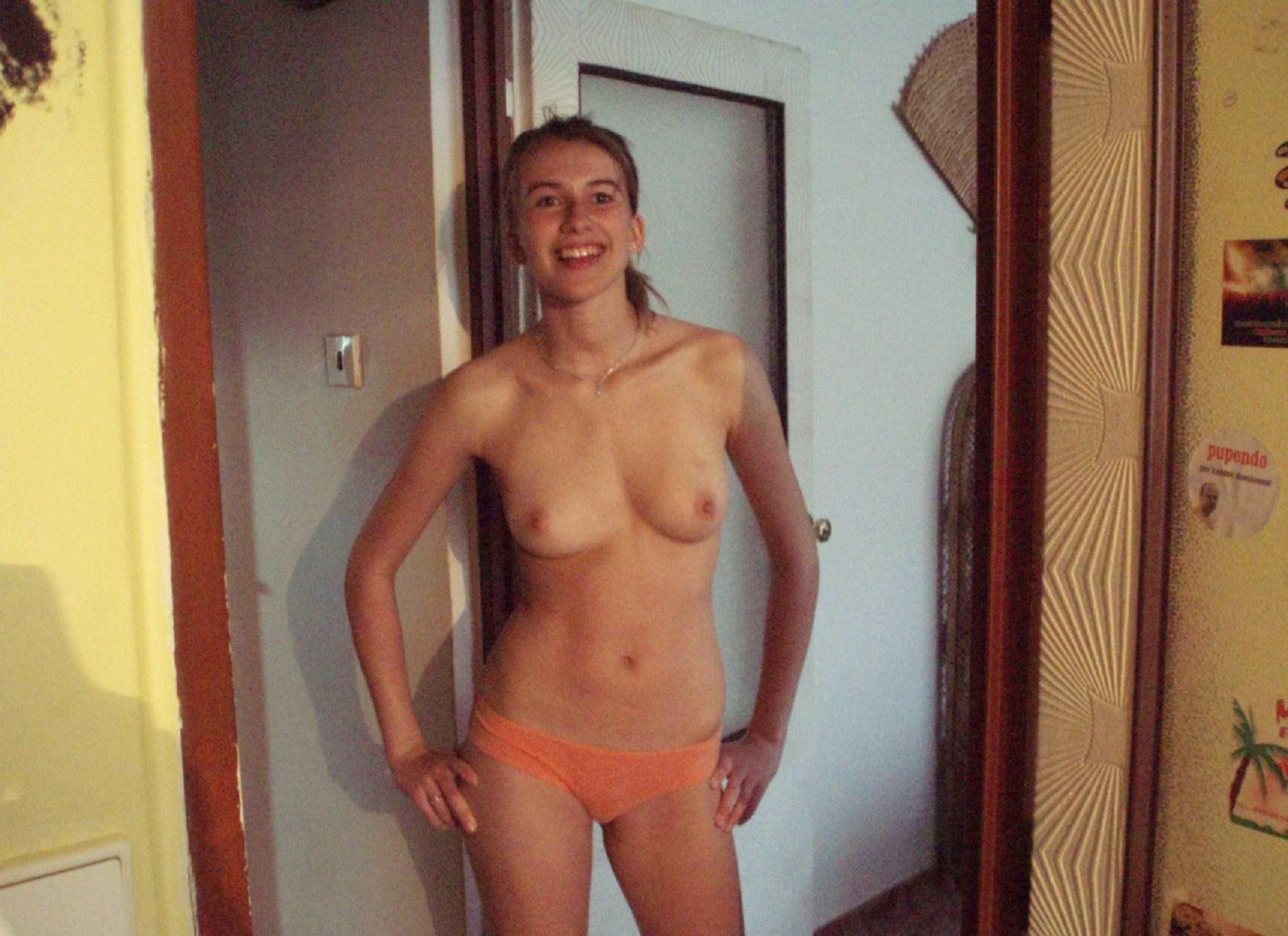 Грудастые девицы без одежды на отдыхе