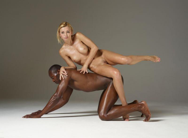 Блондинка позирует обнаженная на чернокожем парне | порно фото бесплатно на sexy-kiska.info