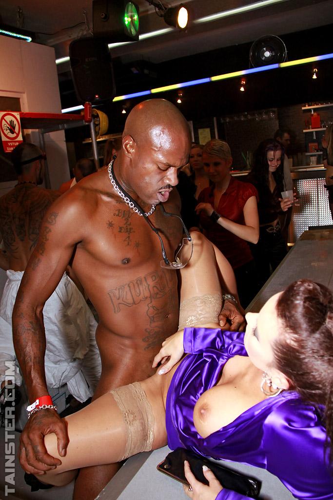 Пьяные бабы на вечеринке трахаются с разными мужиками | порно фото бесплатно на sexy-kiska.info