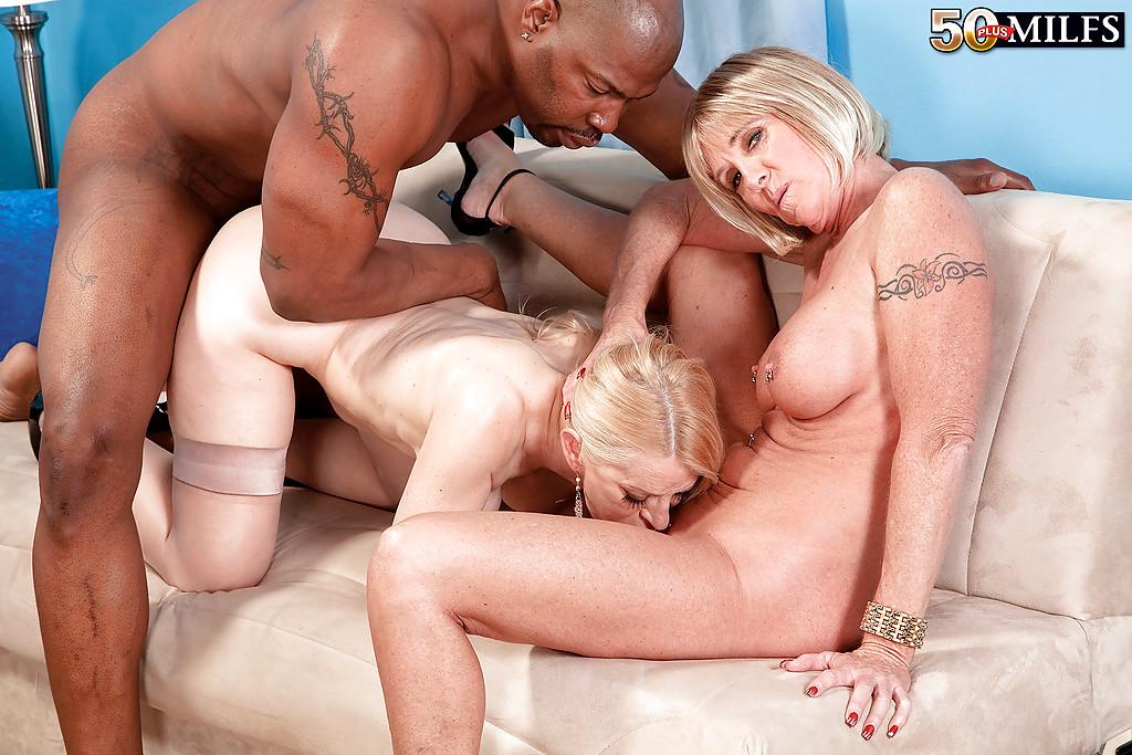 Черный парень с большим членом натянул двоих блондинок на диване | порно фото бесплатно на sexy-kiska.info