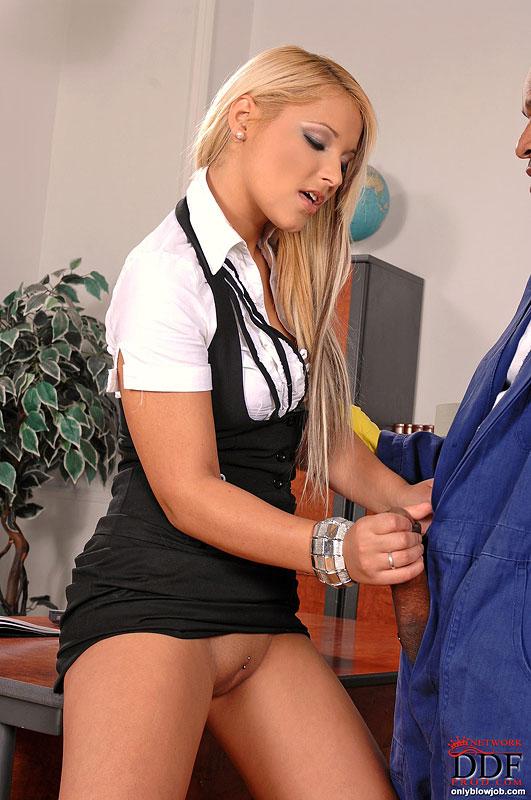 Телка в офисе стоя на коленях сосет член начальника | порно фото бесплатно на sexy-kiska.info