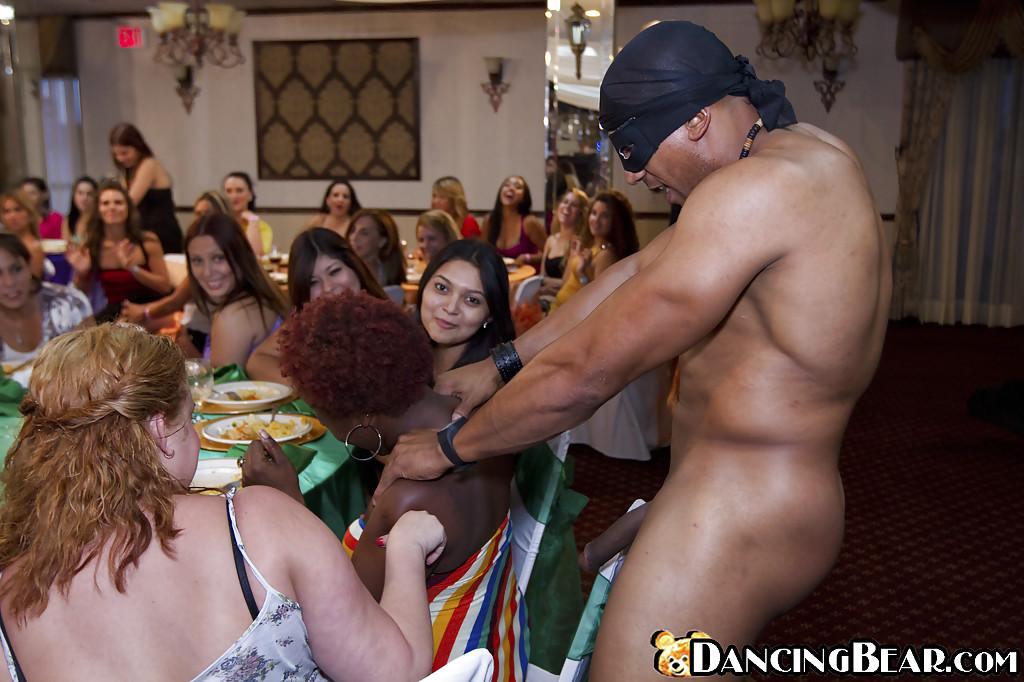 Стриптизер дал за щеку нескольким гостьям и полил их спермой | порно фото бесплатно на sexy-kiska.info