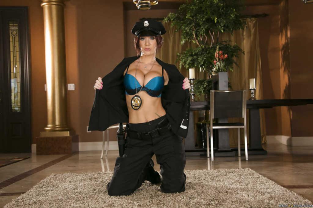 Грудастая работница полиции оголилась в гостиной
