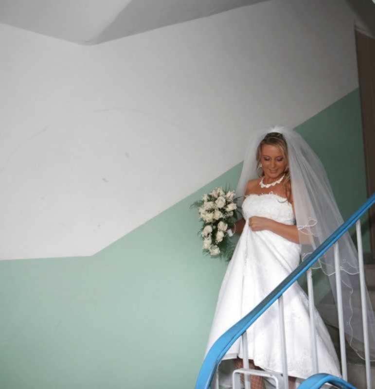 Невеста наряжается в платье перед брачной церемонией