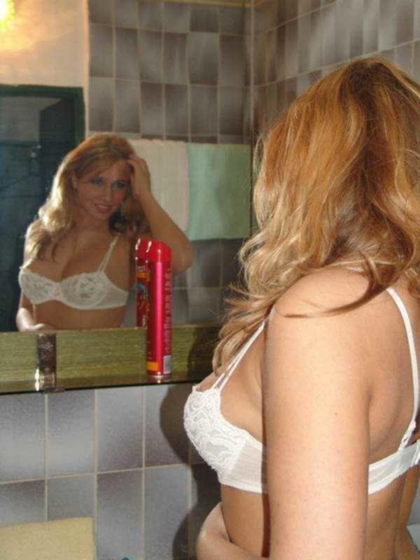 Привлекательная Ксения фотается в ванной