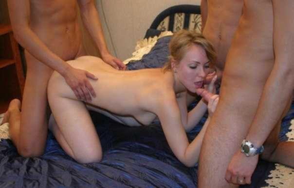 Бабы перед камерой позируют голышом и трахаются с мужиками