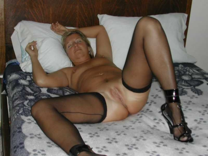 Зрелая любовница наряжается в сексуальные костюмы