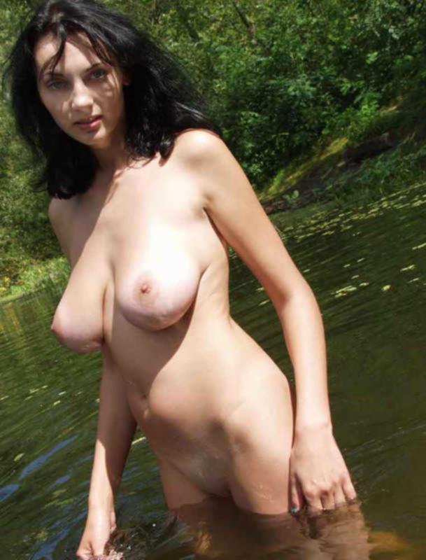 Грудастая русалка сняла купальник на речке